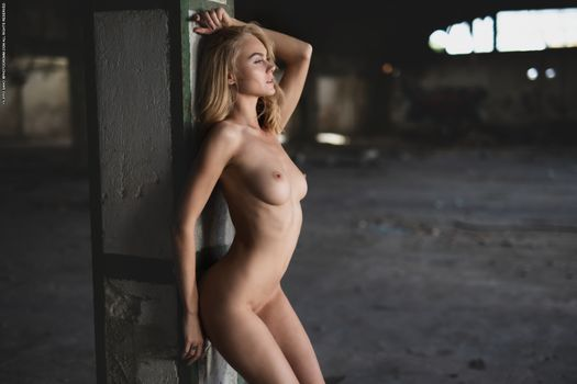 Photo free garage, warehouse, naked