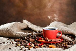Красная чашка с кофе · бесплатное фото