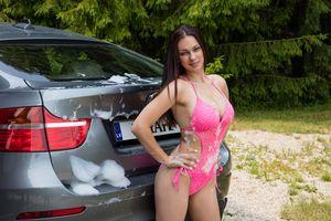 А твоя девочка моет твою машину?