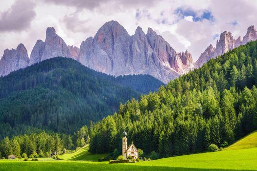 Бесплатные фото Пик Доломиты,Св Маддалена,Италия,пейзаж,Доломиты,Альпы,горы,церковь,лес,деревья,природа,поле