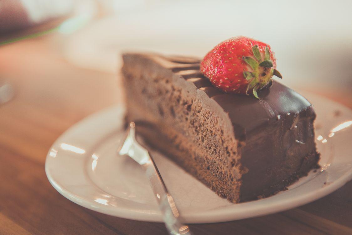 Обои торт, шоколад, вкусно, десерт, еда, фрукт, индульгенция, рот, кондитерские изделия, плиты, грешной, кусочек, клубника, сладкий на телефон | картинки еда - скачать