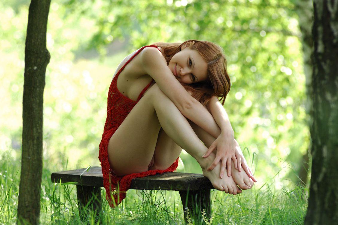Фото бесплатно рыжая, киска, губы, сидит, красное платье, скамейка, природа, трава, улыбка, гладкая киска, Лидия в, эротика