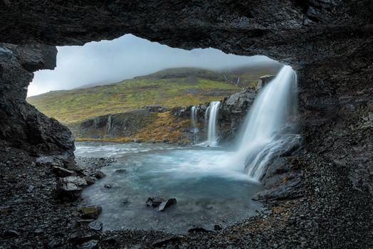 Фото бесплатно водопад, пещера, холмы