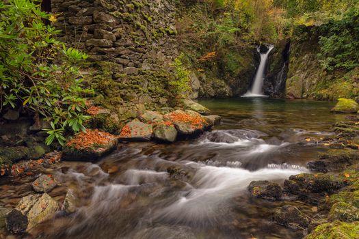 Ручей и водопад осенью
