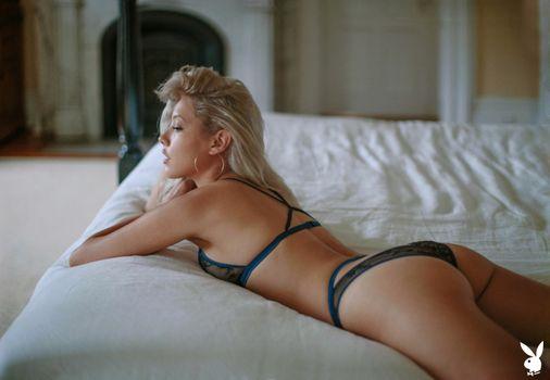 Фото бесплатно Мишель Ризо, блондинка, кровать