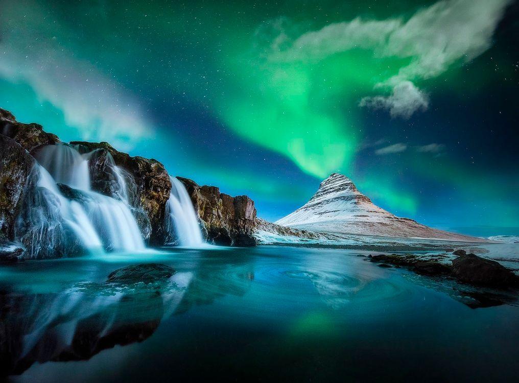 Фото бесплатно Kirkjufellsfoss, Гора Киркьюфетль, Исландия, Грюндарфьёрдюр фьорд, полуостров, Снайфедльснес, гора, река, водопад, ночь, сияние, свечение, природа пейзаж, пейзажи