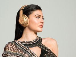 Photo free Kylie Jenner, brunette, headphones