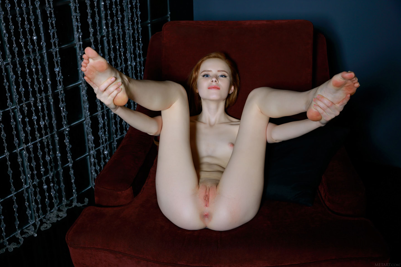 hudaya-razdvinula-nogi