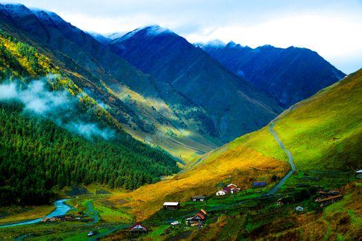 Поселок у подножья горы
