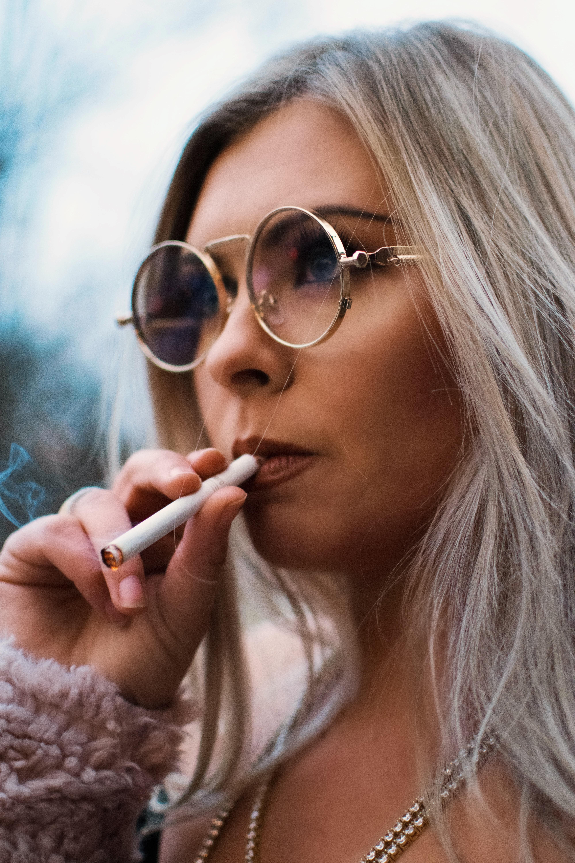 блондинки курят видео нас