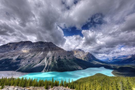 Фото бесплатно gray, rocky, mountain, near lake and green forest, peyto lake, icefields parkway, canada