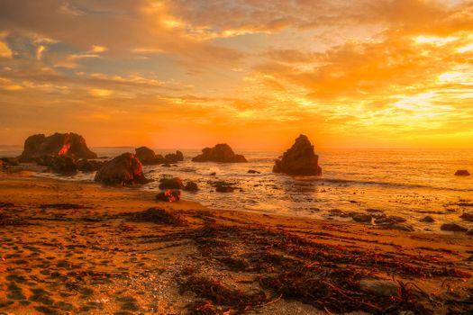 Песчаный вечерний берег моря