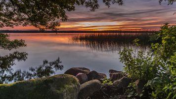 Бесплатные фото закат,озеро,берег,камни,деревья,природа,пейзаж