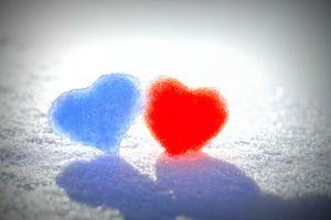 Фото бесплатно сердечки из снега, любовь, синее, красное, сердце, настроение, снег, зима