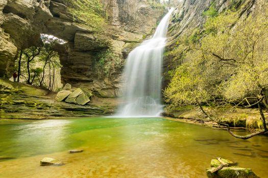 Бесплатные фото водопад,солнечный день,мелководье,скала,камни,трава,ил,скалы,лес,деревья,природа