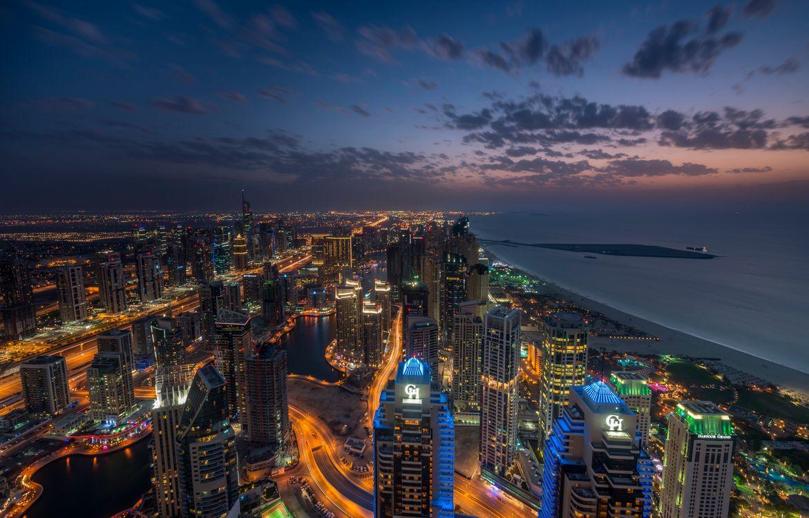 Ночной Дубай на берегу моря · бесплатное фото