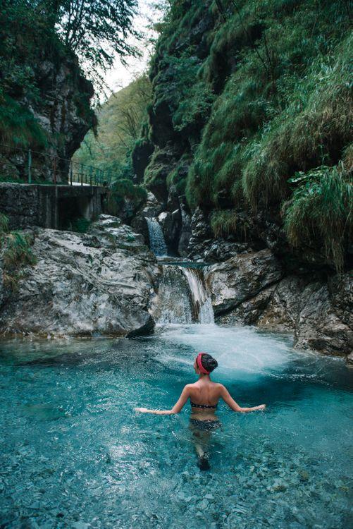 Фото бесплатно путешествия, город, женщина, лес, открытый, архитектура, улица, водопад, синий, вода, Италия, девушка в озере, девушка в природе, природа, река, девушки