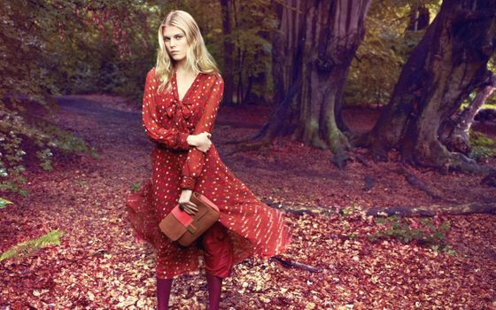 Бесплатные фото женщины,модель,красное платье,деревья,блондинка,женщины на открытом воздухе