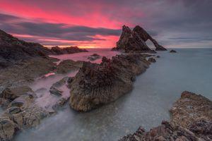 Скалы на фоне закатного неба