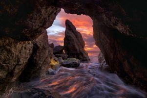 Вид из пещеры на морские скалы