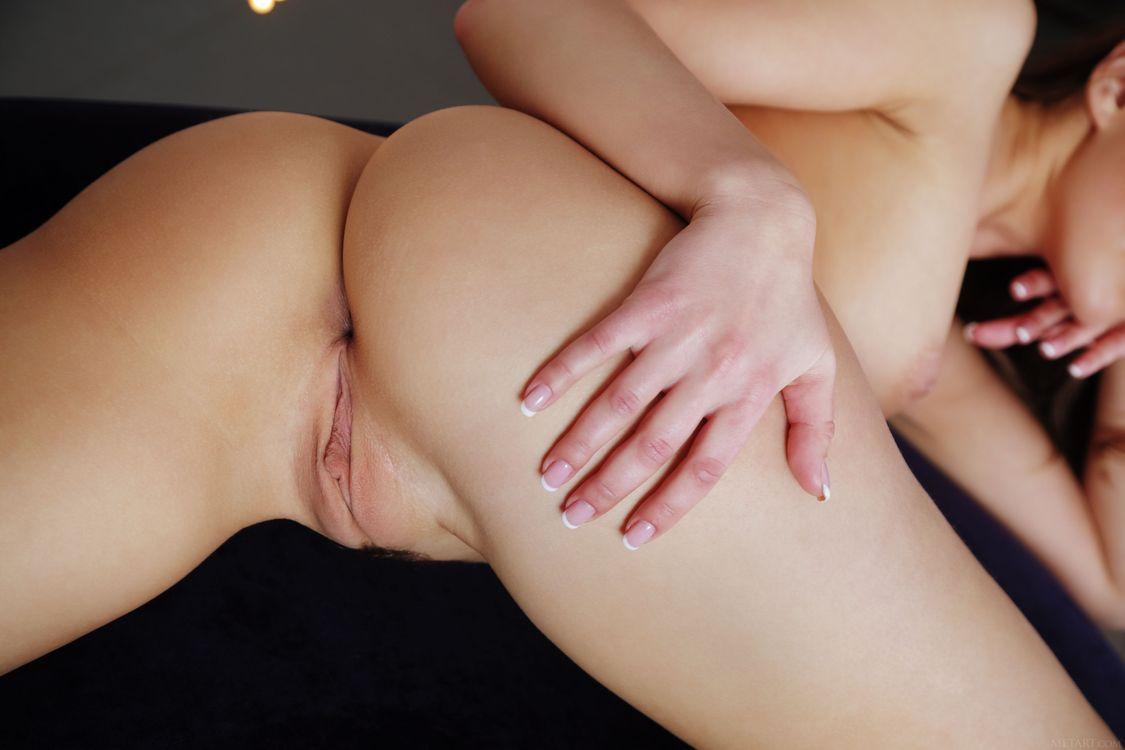 Рука на лашке, обноженка во всей красе · бесплатное фото