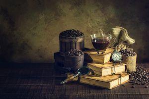Натюрморт с книгами и кофе · бесплатное фото