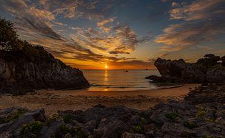 Закат на скалистом берегу · бесплатное фото