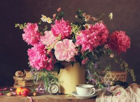 Photo free table, vase, flowers