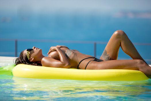 Фото бесплатно Liya Silver, брюнетка, бассейн, бикини, топлесс, загорелые, сиськи, татуировка, солнцезащитные очки, привет-q