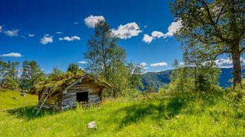 Бесплатные фото Norwegian Nature,поле,холмы,трава,деревья,домик,небо