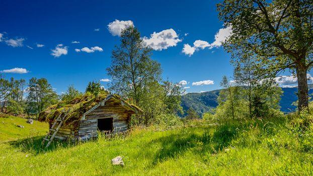 Бесплатные фото Norwegian Nature,поле,холмы,трава,деревья,домик,небо,облака,хижина,природа,пейзаж