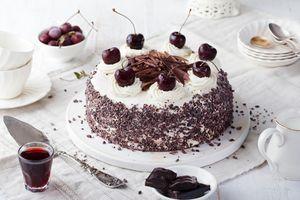 Торт с вишней и тертым шоколадом · бесплатное фото