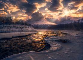 Зимняя речка и горы на закате · бесплатное фото