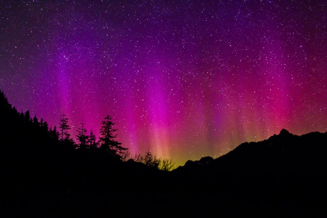 Обои пейзаж, природа, небо, линия горизонта, ночь, атмосфера, темно, спокойный, красочный, северное сияние, деревьями, холмы, яркий, силуэты, геологическое явление на телефон | картинки пейзажи