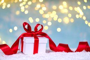 Бесплатные фото подарок,снег,лента,красная,зима,праздник