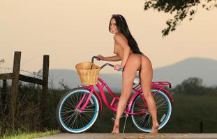Бесплатные фото barbara desiree,задница,брюнетка,забор,модель,киска,на открытом воздухе