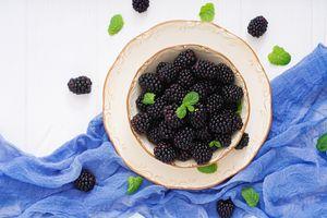 Ежевика в тарелке · бесплатное фото