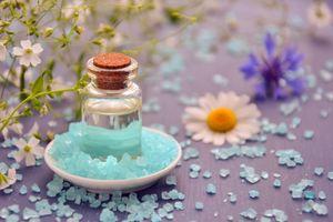 Бесплатные фото косметическое масло,эфирное масло,спа,косметология,морская соль,кристаллы,цветы