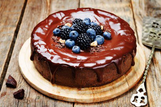 Cake with chocolate cream and berries · free photo