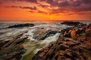 Скалистый берег на закате дня