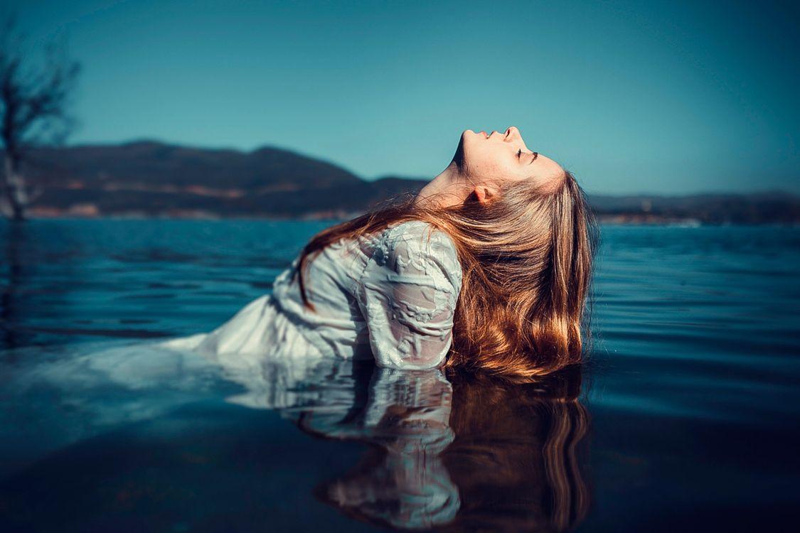 Фото бесплатно women, model, blonde, long hair, women outdoors, depth of field, wet clothing, closed eyes, profile, shirt, lake, девушки