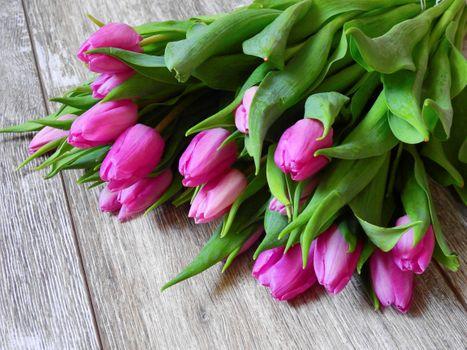 Фото бесплатно тюльпаны, цветы, букет, деревянный настил, флора