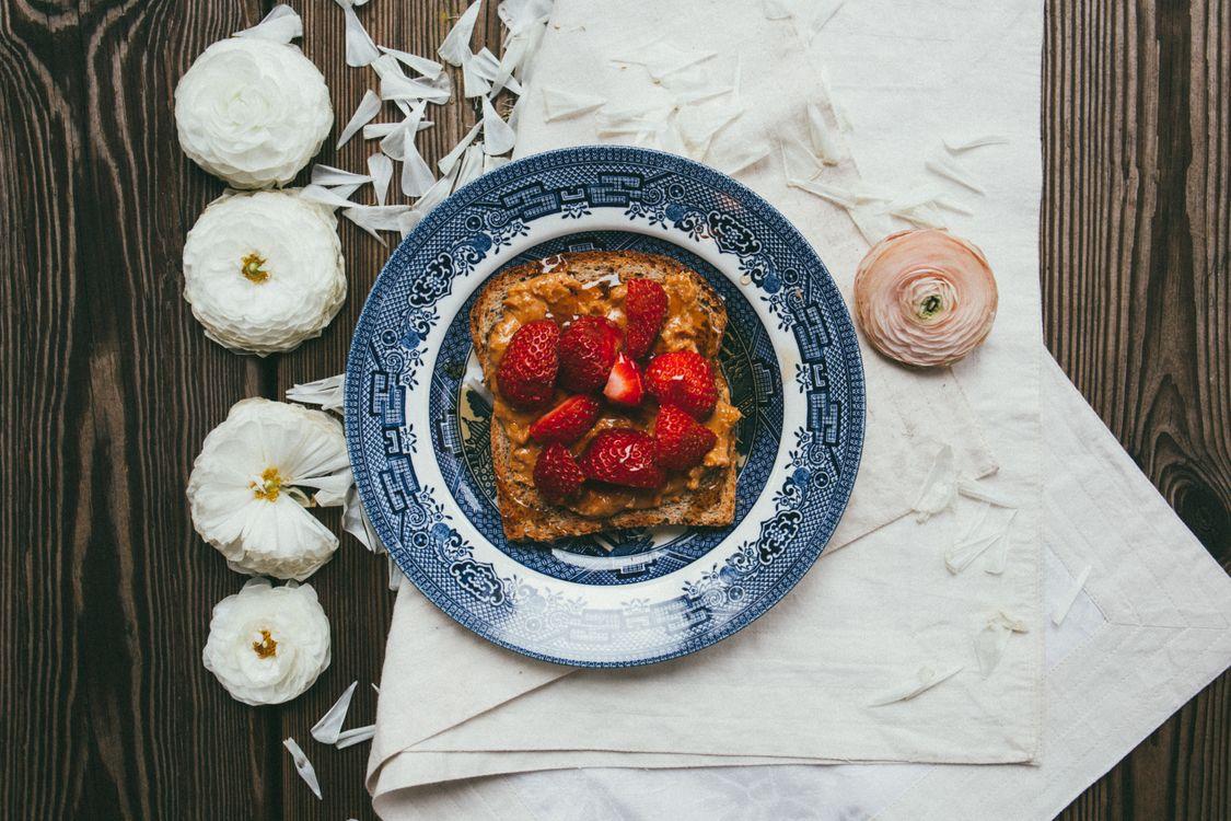 Фото бесплатно завтрак, тост, крем, ягоды, клубника, цветы - на рабочий стол