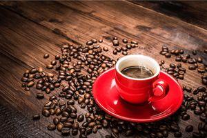 Кофе в красной чашке · бесплатное фото