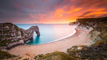 Морская скала арочного типа · бесплатное фото