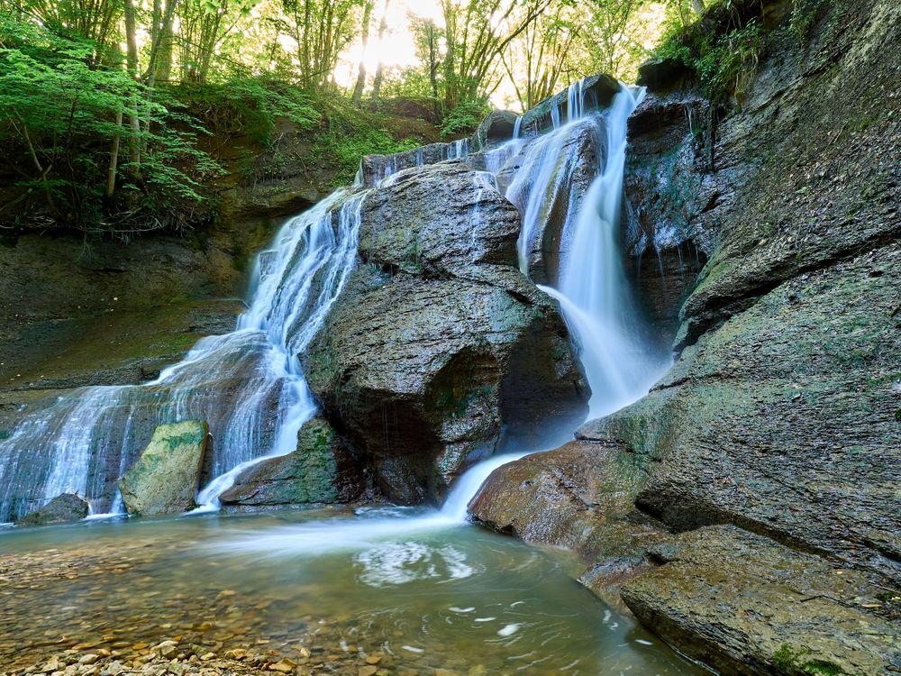 Обои водопад, лес, скалы, деревья, водоём, природа, поток, вода, камни, пейзаж на телефон | картинки природа