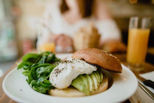 Бесплатные фото завтрак,еда,блины,тарелка,кафе,здоровая,яйца,хлеб,авокадо,органическая пища,кушать,питание