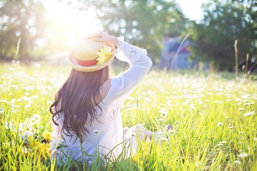 Photo free summer straw hat, back view, grass