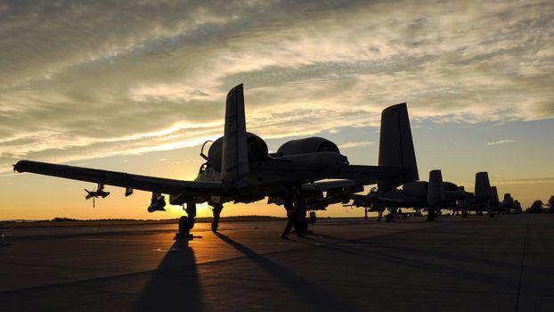 Бесплатные фото fairchild a-10 thunderbolt ii,закат,самолет,военный самолет