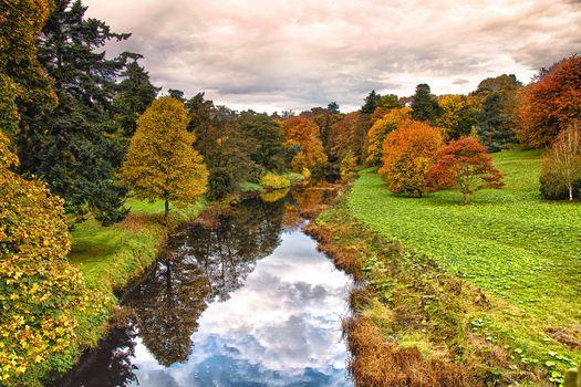 Заставки осень,водоём,пруд,поляна,деревья,лес,природа,осенние краски,отражение,пейзаж